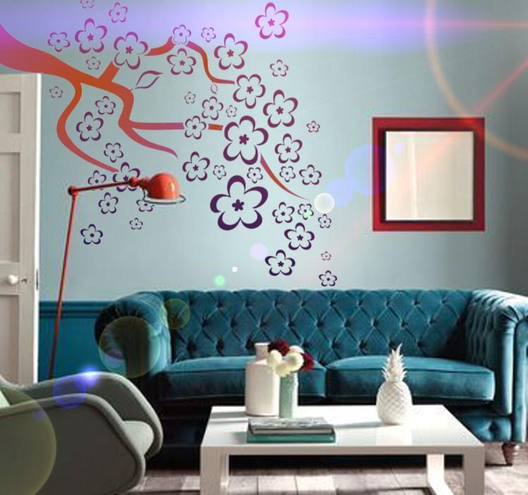 Pochoir branche fleurie sur mur peint en bleu